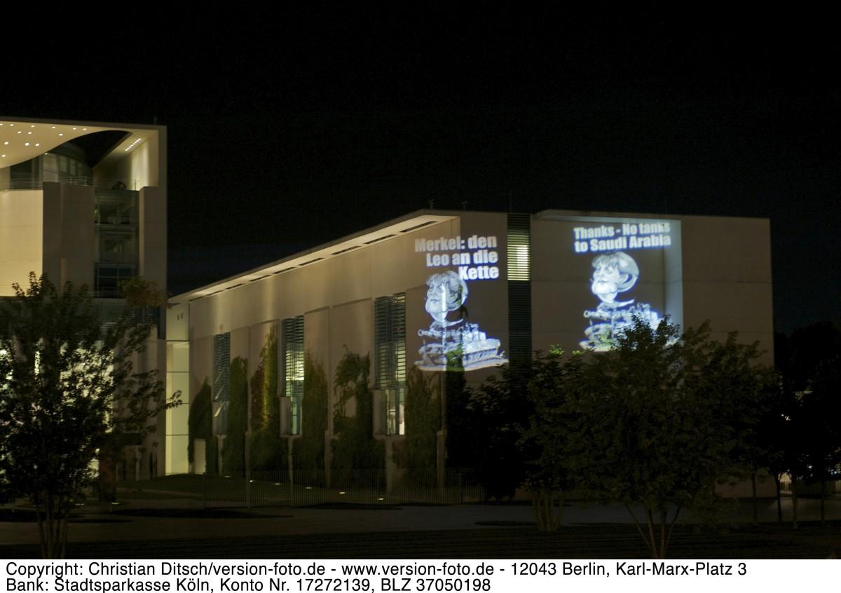 """Start der """"Legt den Leo an die Kette!"""" im Rahmen von """"Aktion Aufschrei – Stoppt den Waffenhandel!"""". Mit Lichtbildern wurden am Donnerstag den 23. August 2012 u.a. das Bundeskanzleramt bestrahlt. Die Lichbilder zeigen die Kanzlerin Merkel auf einem Leopard-Panzer und die Slogans """"Deutschland vor Ausstieg Waffenhendel"""" und No Tanks to Saudi Arabia"""". Mit der Kampagne wird gegen den geplanten Verkauf von Leopard 2-Kampfpanzern u.a. nach Saudi Arabien protestiert. 23.8.2012, Berlin Copyright: Christian Ditsch/version-foto.de [Inhaltsveraendernde Manipulation des Fotos nur nach ausdruecklicher Genehmigung des Fotografen. Vereinbarungen ueber Abtretung von Persoenlichkeitsrechten/Model Release der abgebildeten Person/Personen liegen nicht vor. NO MODEL RELEASE! Don't publish without copyright Christian Ditsch/version-foto.de, Veroeffentlichung nur mit Fotografennennung, sowie gegen Honorar, MwSt. und Beleg. Konto: version, S t a d t s p a r k a s s e K o e l n, BLZ 37050198, Ktonr: 17272139, Kontakt: info@version-foto.de. Urhebervermerk wird gemaess Paragraph 13 UHG verlangt.]"""